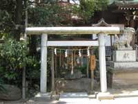 小岩神社わらじ石