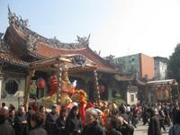 龍山寺中庭にて(2)