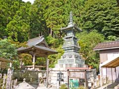 大山寺鐘楼と宝篋印塔