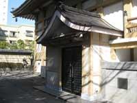 霊巌寺本堂横の客殿入口