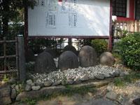 市谷亀ヶ岡八幡神社力石